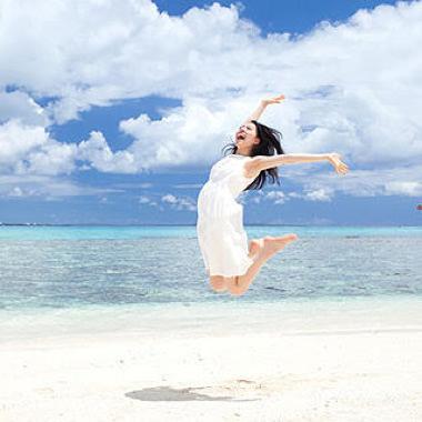海で楽しむ女性