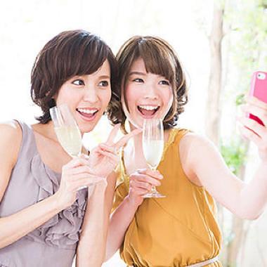 iPhoneのカメラで写真を撮る女性